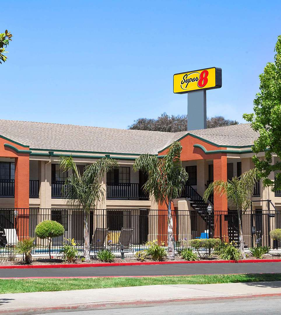 CHOOSE STYLISH AND MODERN ACCOMMODATIONS STAY AFFORDABLY IN THE HEART OF SALINAS, CA